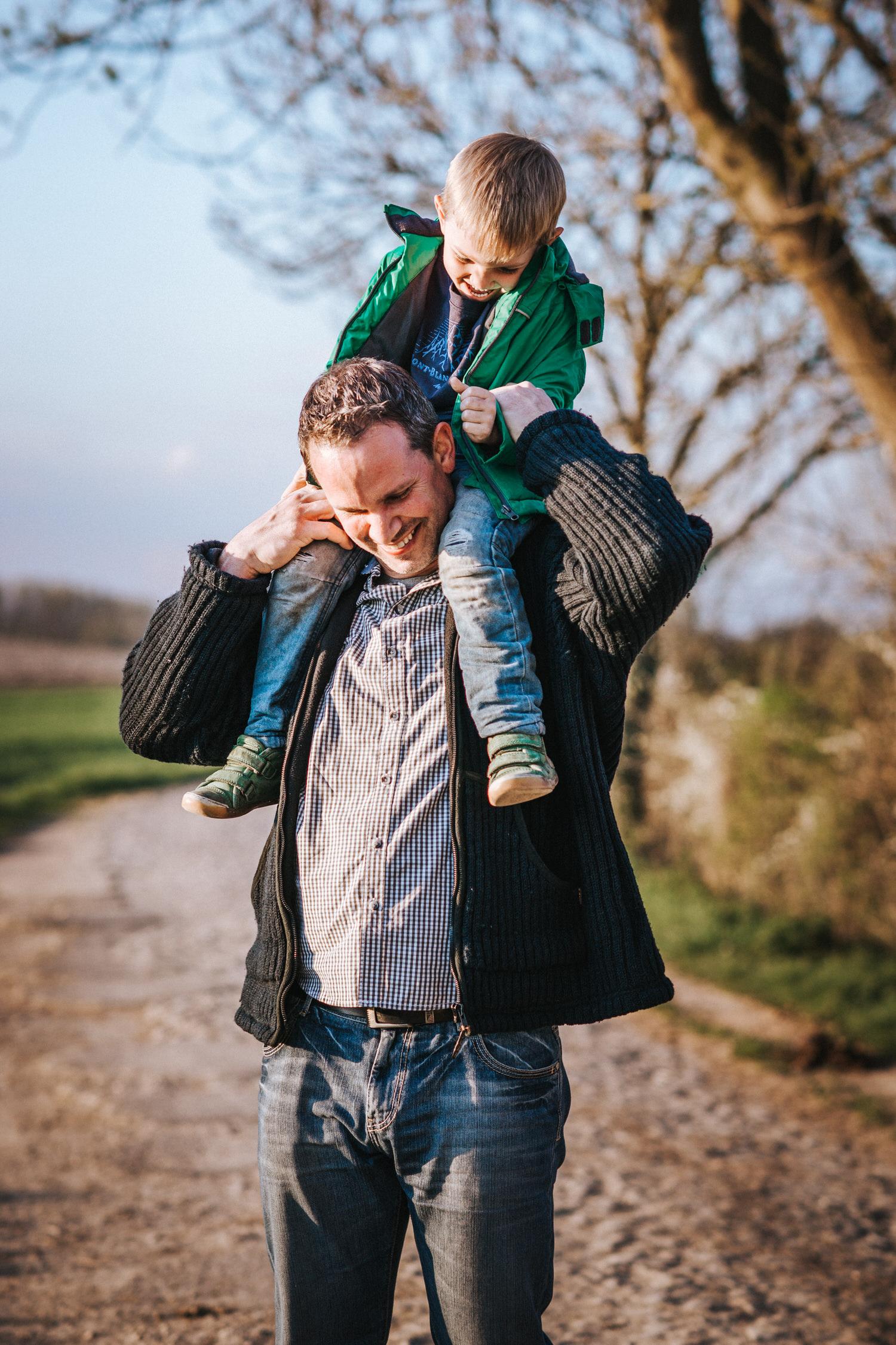 Vater mit Sohn bei einem Spaziergang