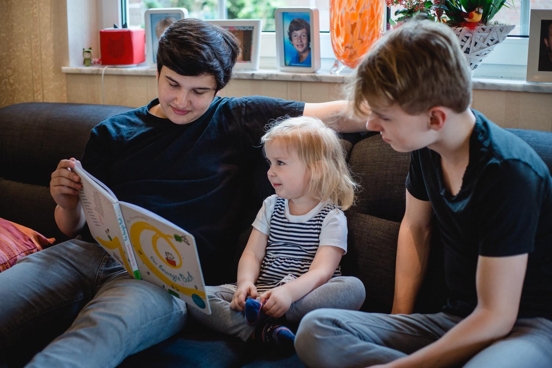 der kleinen Schwester etwas Vorlesen
