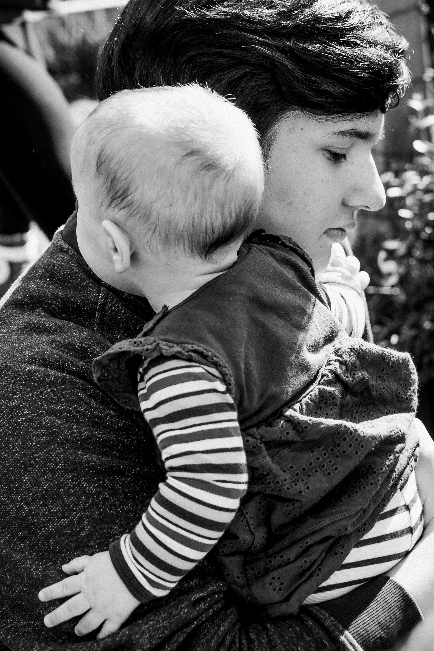 Baby auf dem Arm des großen Bruders