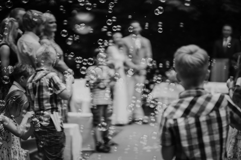 Seifenblasen beim Auszug Hochzeit