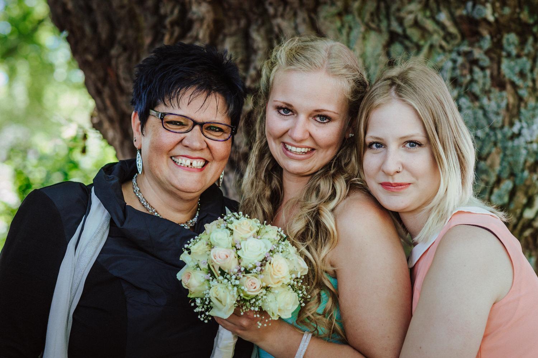 Mama, Braut, Schwester