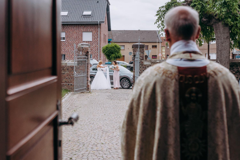 Ankunft Braut an der Kirche