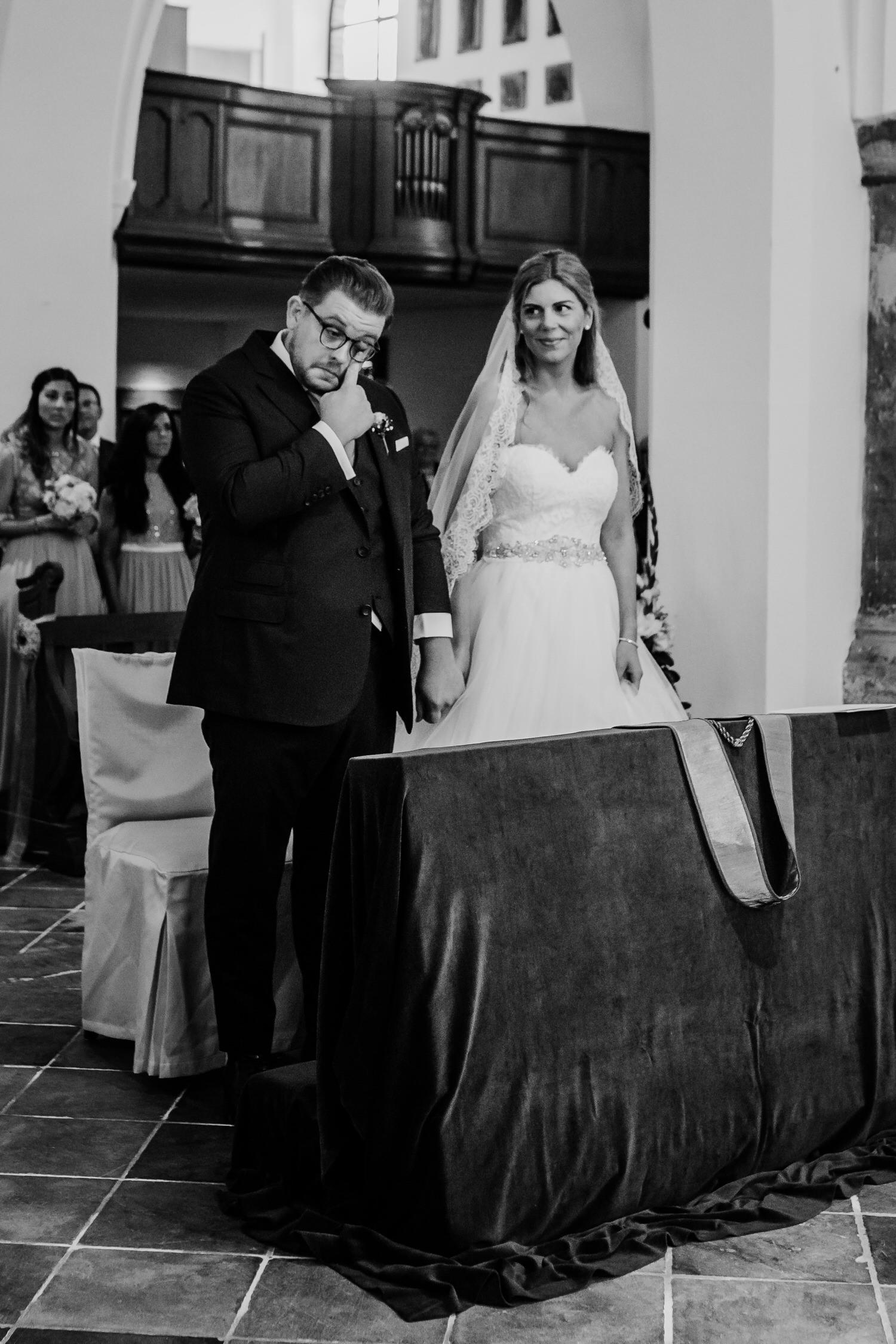 Freudentränen Bräutigam bei der kirchlichen Hochzeit