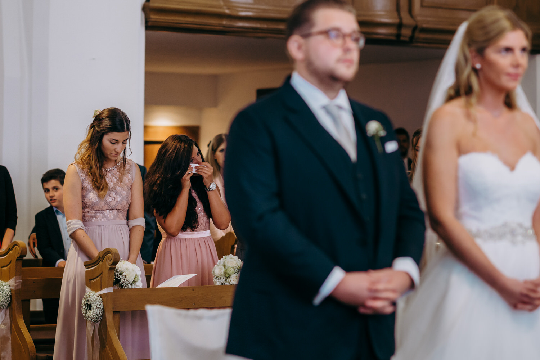 Freudentränen bei der kirchlichen Hochzeit