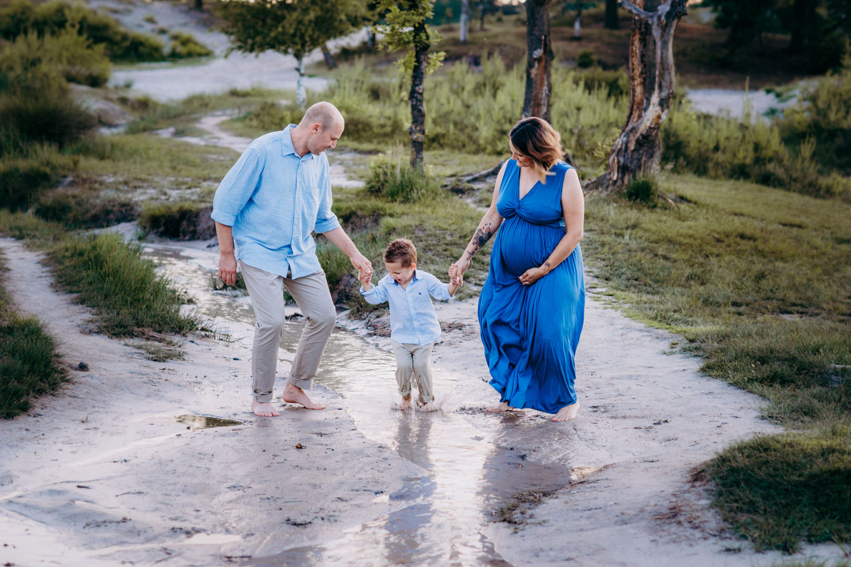 Babybauchbilder mit Familie im Abendlicht