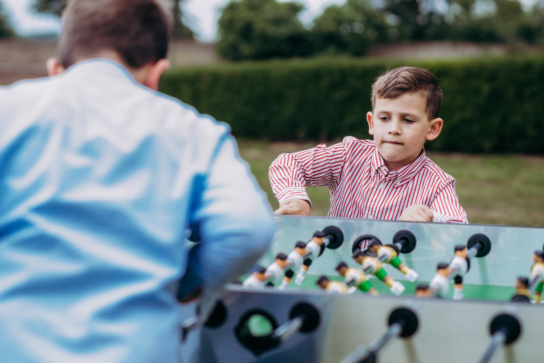 Hochzeitsreportage, Kinder bei Kickern