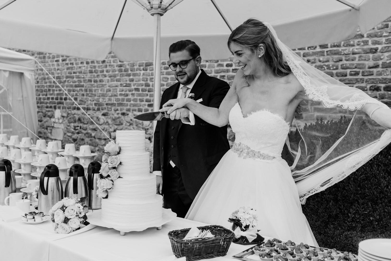 Brautpaar beim Tortenanschnitt