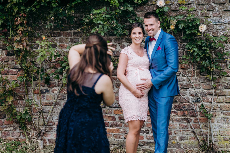 Gäste auf einer Hochzeit fotografieren sich gegenseitig