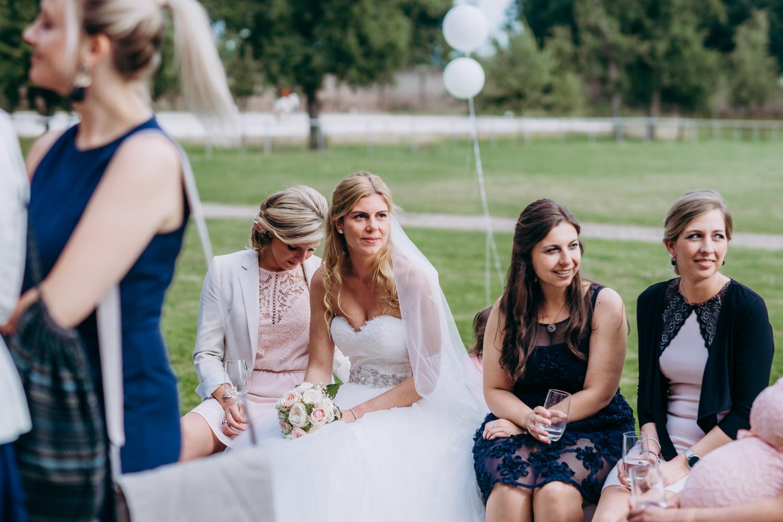 die Braut zwischen Gästen