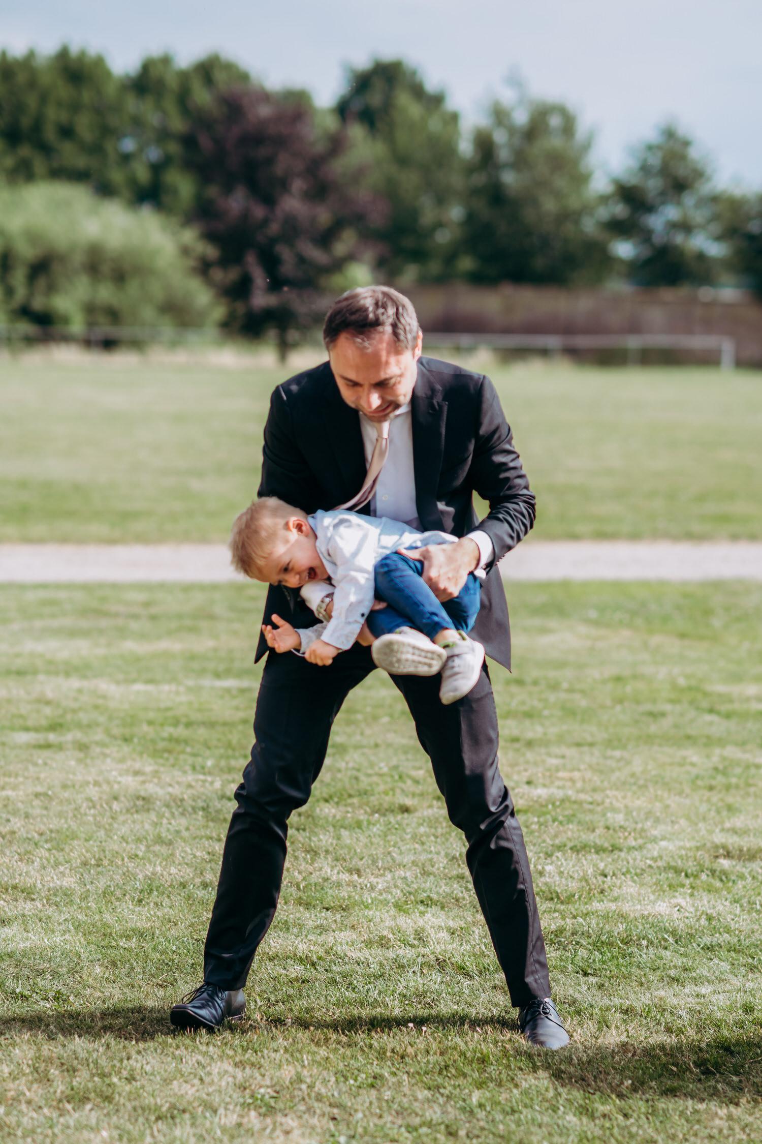 Hochzeitsgast tobt mit Kind