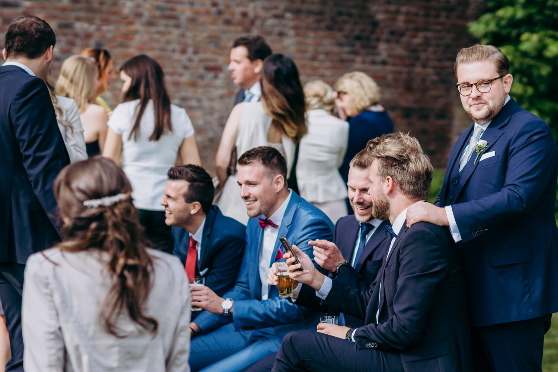 der Bräutigam mit seinen Freunden