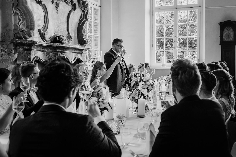 Hochzeitsgesellschaft beim Trinkspruch