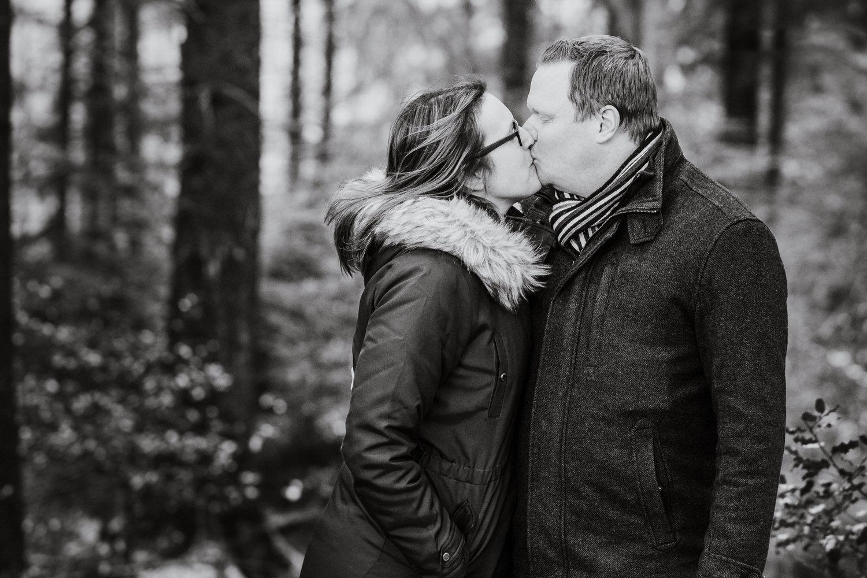 Schwarzweiß Bild eines sich küssenden Paares