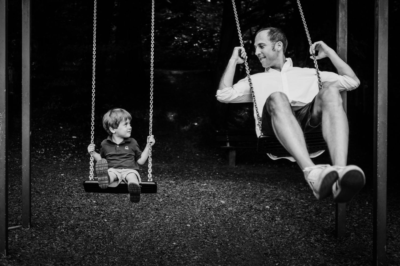 Vater und Sohn schaukeln gemeinsam