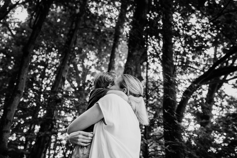 Mama mit Sohn im Wald