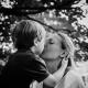Mama bekommt einen Kuss von ihrem Sohn