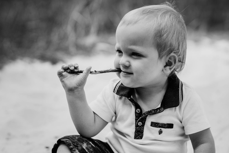 kleines Kind im Entdeckeralter