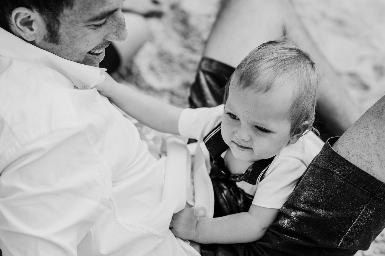 Papa mit Sohn im Krabbelalter