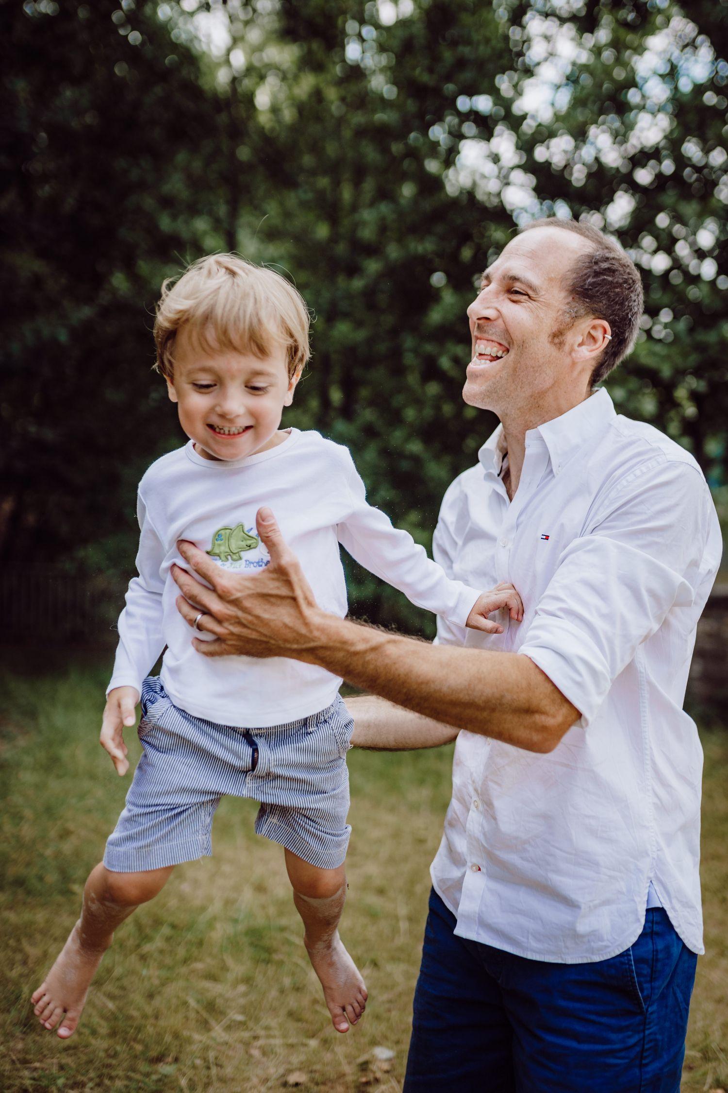 Papa spielt mit seinem Sohn